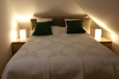 Een tweepersoonsbed in een appartement in de Lily of the Valley